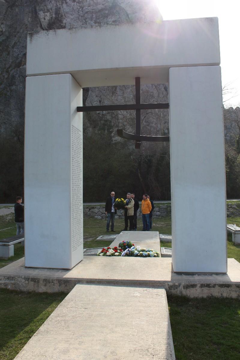 Pri pamätníku Brána Slobody pod hradom Devín sme si v prihraničnom území s Rakúskom položením venca pripomenuli nielen obete totalít, ale i slobodu, ktorú v súčasnosti okrem demokratickej Slovenskej republiky pre našich občanov zabezpečuje NATO a EÚ. 25. marec je výročím tzv. Rímskych zmlúv, ktorými sa v roku 1957 začala cesta k uplatňovaniu štyroch základných európskych slobôd.