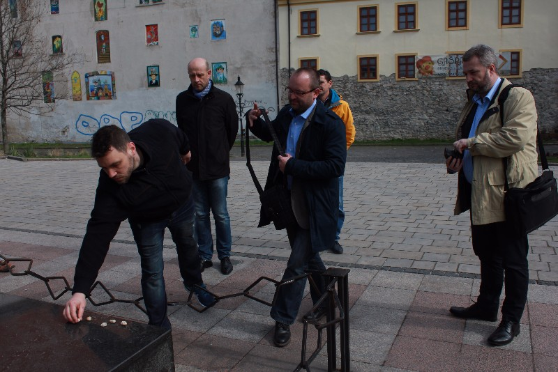 Pri Pamätníku obetí holokaustu na Rybnom námestí sme si pripomenuli položením kamienkov 25. marec 1942, kedy bol z Popradu vypravený prvý transport slovenských Židov do táborov smrti
