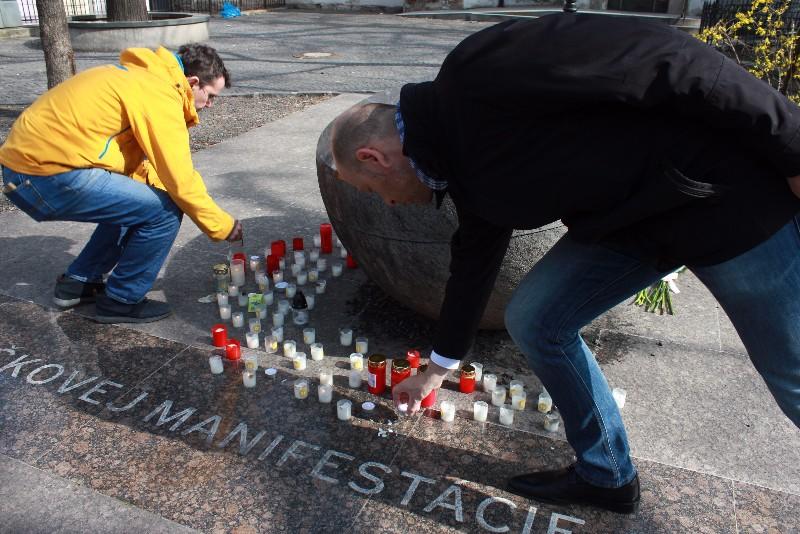 Pri Pamätníku sviečkovej manifestácie na Námestí Eugena Suchoňa v Bratislave sme si zapálením sviečok pripomenuli výročie demonštrácie, ktorá bola na Slovensku najvýraznejším verejným vyjadrením odporu ku komunistickému režimu a predzvesťou udalostí Novembra 1989